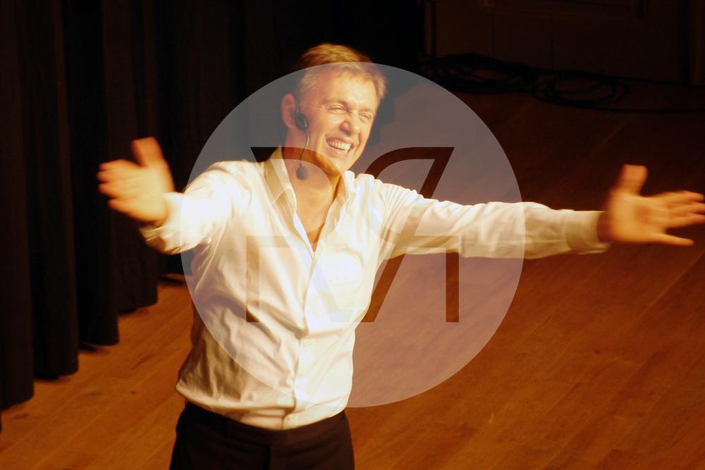 SCHWEIZ - SOLOTHURN - Massimo Rocchi im Konzertsaal Solothurn - 06. September 2005 © Raphael Hünerfauth - http://huenerfauth.ch
