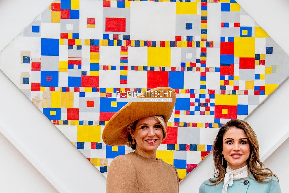 DEN HAAG - Koningin Maxima en koningin Rania bekijken de vVictory Boogie Woogie tijdens een bezoek aan het Gemeentemuseum. Het Jordaans vorstenpaar brengt een officieel bezoek aan Nederland. ANP ROYAL IMAGES ROBIN UTRECHT