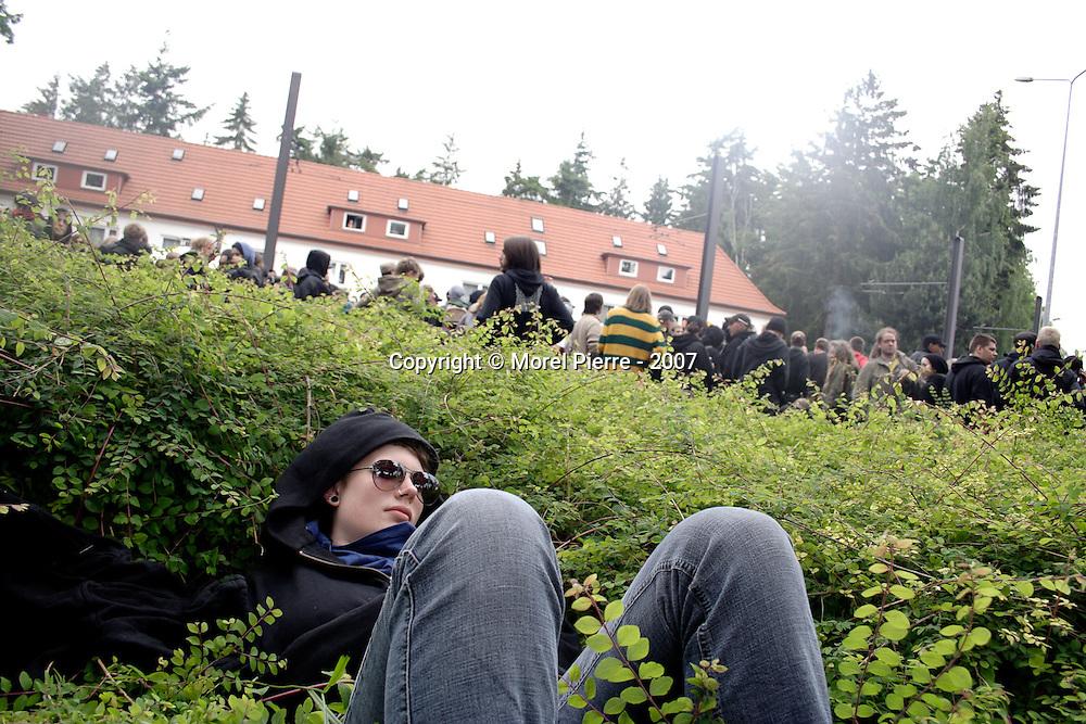 4 Juin - Périphérie de Rostock : Une activiste se repose lors d'une manifestation de 5000 personnes bloquée par la police allemande.