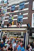 Het publiek wacht op het peloton in de Zadelstraat. In Utrecht is de tweede etappe vanTour de France van start gegaan.<br /> <br /> In Utrecht the second stage of the Tour de France has started