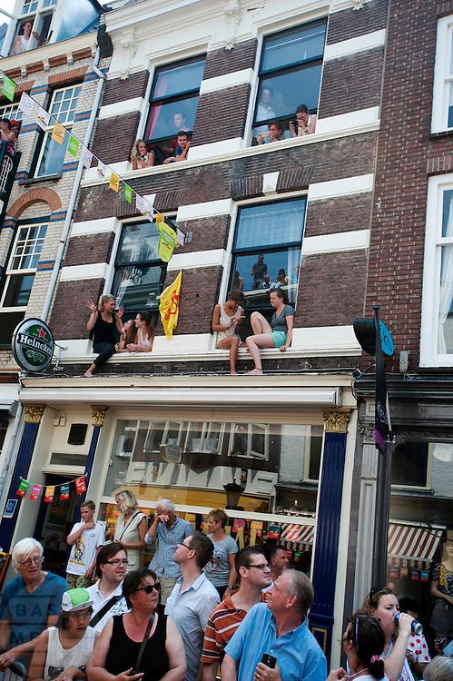 Het publiek wacht op het peloton in de Zadelstraat. In Utrecht is de tweede etappe vanTour de France van start gegaan.<br /> <br /> In Utrecht the second stage of the Tour de France has started