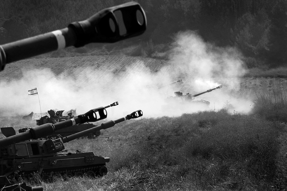 Israeli mechanized artillery in northern Israel fire over the border at targets within Lebanon. Aug 2006