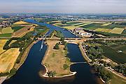 Nederland, Gelderland, Gemeente Brakel, 08-07-2010; Afgedamde Maas met de Maasdam en de Wilhelminasluis bij Andel. Rechts Buitenpolder Het Munnikeland, aan de horizon de Waal. In het kader van het programma Ruimte voor de Rivier zijn er plannen om de polder weer als komgebied te gaan gebruiken voor de opvang van water bij hoge waterstanden. De Waalkade wordt verlaagd. <br /> River Meuse with dam and lock (old river arm), river Waal at the horizon. Under the program 'space for the river', there are plans to use the polder as retaining basin during high water. The height of the dike of the river Waal will be reduced. luchtfoto (toeslag), aerial photo (additional fee required).foto/photo Siebe Swart