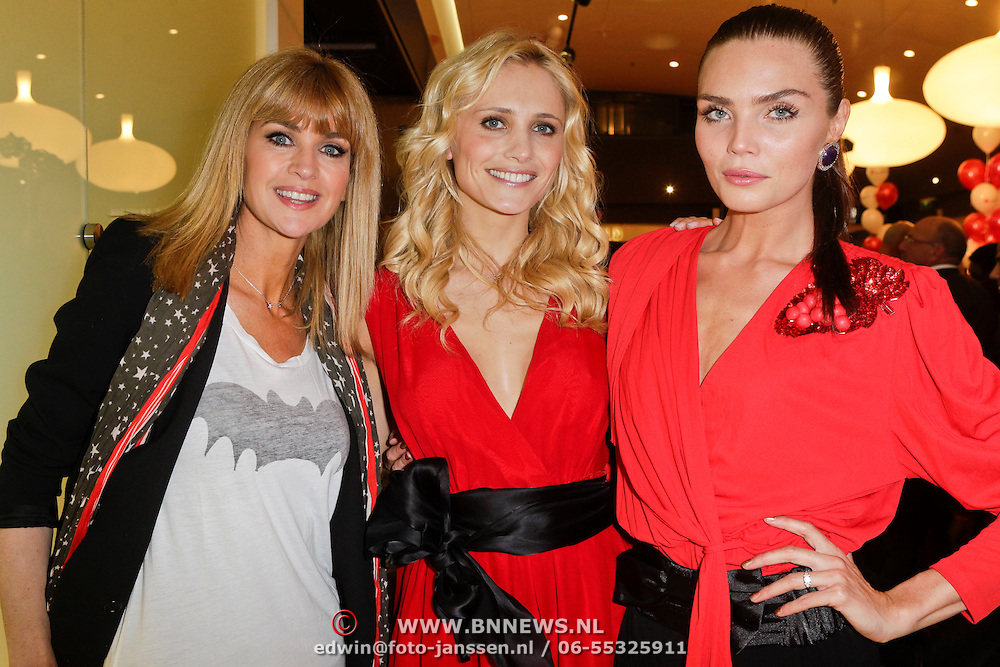 NLD/Amstelveen/20120216 - Presentatie Charityarmband Rode Kruis, Daphne Deckers, Yfke Sturm en Kim Feenstra