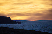 Early photoshoot at Kongsfjorden, Spitsbergen. The sun rises over a glacier | Tidlig fotografering i Kongsfjord, Svalbard. Solen er i ferd med å stå opp over en isbre.