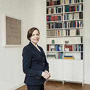 Dorothee Stoupel, Dipl.-Psych., Psychoanalytikerin in Berlin-Charlottenburg, engagiert sich in der Deutschen Psychoanalytischen Vereinigung (DPV) für die Öffentlichkeitsarbeit und im DPV-Ausschuss für Nachwuchsförderung.