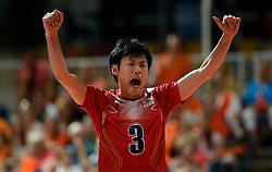 08-06-2013 VOLLEYBAL: WORLD LEAGUE NEDERLANDS - JAPAN: APELDOORN<br /> Nagano Takeshi juicht als Japan de eerste set pakt<br /> &copy;2013-FotoHoogendoorn.nl