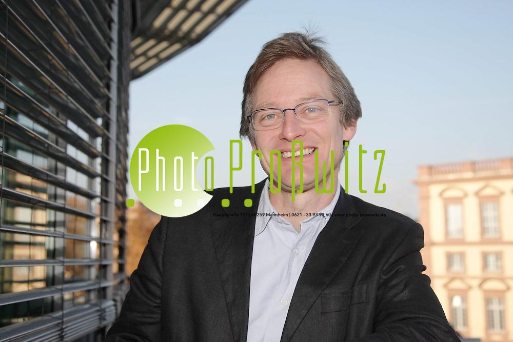Mannheim. Verf&uuml;gungsgeb&auml;ude (GESS-Geb&auml;ude) und Prof. von Thadden. <br /> <br /> Bild: Markus Pro&szlig;witz<br /> ++++ Archivbilder und weitere Motive finden Sie auch in unserem OnlineArchiv. www.masterpress.org ++++