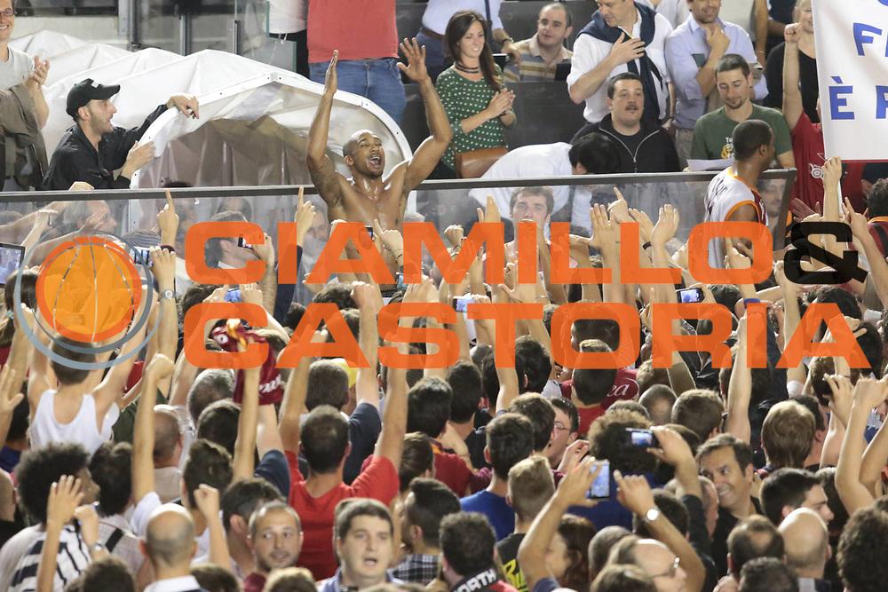 DESCRIZIONE : Roma Lega A 2012-2013 Acea Roma Lenovo Cantu playoff semifinale gara 7<br /> GIOCATORE : tifosi Goss Phil<br /> CATEGORIA : curiosita esultanza<br /> SQUADRA : Acea Roma<br /> EVENTO : Campionato Lega A 2012-2013 playoff semifinale gara 7<br /> GARA : Acea Roma Lenovo Cantu<br /> DATA : 06/06/2013<br /> SPORT : Pallacanestro <br /> AUTORE : Agenzia Ciamillo-Castoria/M.Simoni<br /> Galleria : Lega Basket A 2012-2013  <br /> Fotonotizia : Roma Lega A 2012-2013 Acea Roma Lenovo Cantu playoff semifinale gara 7<br /> Predefinita :