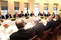 21 NOV 2003, NEW YORK/USA:<br /> Bernd Pfaffenbach (L), Ministerialdirektor,  Wirtschaftspol. Berater des BK u. Ltr Wirtschaftsabt. im Bundeskanzleramt, Gerhard Schroeder (2.v.L.), SPD, Bundeskanzler, Dorothee Kaltenbach (3.v.L.), und Henry M. Paulson Jr. (M rechte Tischseite), Vorstandsvorsitzender Goldman Sachs, Mittagessen mit Vertretern der US-Wirtschaft, Goldman-Sachs, 85 Broad Street<br /> IMAGE: 20031121-01-025<br /> KEYWORDS: Gerhard Schröder, U.S.A., Reise