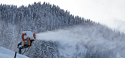 09.11.2016, Hinterglemm, AUT, Skicircus Saalbach Hinterglemm Leogang Fieberbrunn, im Bild eine Schneekanone. Etwa 1000 Schneeerzeuger (750 Schneekanonen und 250 Schneelanzen) kommen dabei im grössten Skigebiet Österreichs zum Einsatz // Snow making machine stand on a slope. Around 1,000 Snow making machines (750 snow cannons and 250 snow lances) in the largest ski Ressort in Austria are used to make white slopes, Hinterglemm, Austria on 2016/11/09. EXPA Pictures © 2016, PhotoCredit: EXPA/ JFK