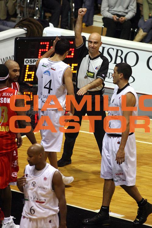 DESCRIZIONE : Bologna Lega A1 2006-07 VidiVici Virtus Bologna Armani Jeans Milano <br /> GIOCATORE : Arbitro <br /> SQUADRA : <br /> EVENTO : Campionato Lega A1 2006-2007 <br /> GARA : VidiVici Virtus Bologna Armani Jeans Milano <br /> DATA : 03/12/2006 <br /> CATEGORIA : Ritratto <br /> SPORT : Pallacanestro <br /> AUTORE : Agenzia Ciamillo-Castoria/G.Ciamillo