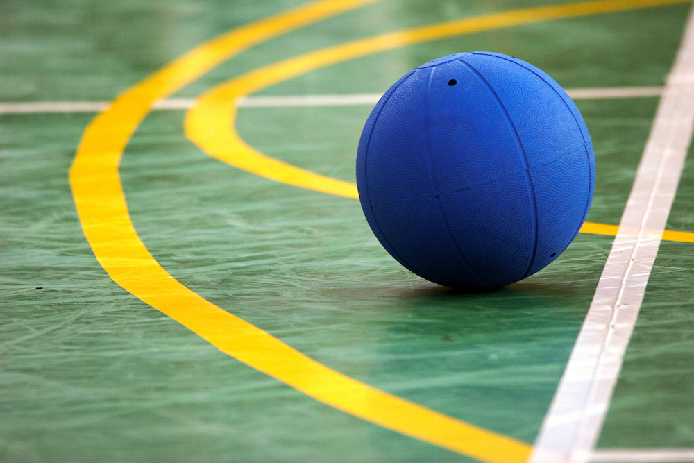 Goalball wird in der Halle gespielt. Der Goalball, der einem Basketball ähnelt, ist mit Glöckchen in seinem Inneren so präpariert, daß er akustisch wahrgenommen werden kann. In dem unmittelbar vor dem Tor liegenden Mannschaftsraum befinden sich am Boden tastbare Markierungen, die den Spielern zur Orientierung dienen. Goalball ist eine Mannschaftssportart für blinde und sehbehinderte Menschen und wurde vom Österreicher Hans Lorenzen und dem deutschen Sepp Reindle für Kriegsinvalide entwickelt und zum ersten Mal 1946 gespielt. Die Bilder entstanden auf zwei internationalen Goalball Turnieren in Budapest und Zagreb 2007.<br /> <br /> The ball of a Goalball game contains internal bells, which enable players to hear and locate it during play and the game is played on an indoor court or play area, with tactile markings to enable players to determine where they are on court. Goalball is a team sport designed for blind and visually impaired athletes. It was devised by an Austrian, Hanz Lorenzen, and a German, Sepp Reindle, in 1946 in an effort to help in the rehabilitation of visually impaired World War II veterans. The International Blind Sports Federatgion (IBSA - www.ibsa.es), responsible for fifteen sports for the blind and partially sighted in total, is the governing body for this sport. The images were made during two Goalball tournaments in Budapest and Zahreb 2007.