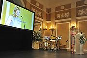 Prinses M&aacute;xima reikt op haar 40ste verjaardag de Appeltjes van Oranje 2011 uit . Het Appeltje van Oranje is een jaarlijkse prijs van het Oranje Fonds voor bijzondere, innovatieve of succesvolle projecten op sociaal gebied. Het Oranje Fonds waardeert hiermee in de eerste plaats het werk en de inzet van de winnende organisaties. Daarnaast is het bedoeld om anderen te inspireren soortgelijke initiatieven op te zetten. De prijs, een bronzen beeld van een Appeltje van Oranje, is ontworpen en gemaakt door de Koningin. Aan de prijs is een geldbedrag verbonden van 15.000 euro.<br /> De winnaars zijn Shake it! Academy, Zoet &amp; Zout en Jong geleerd, jong gebleven<br /> <br /> Princess M&aacute;xima reaches its 40th anniversary on the apples of Orange from 2011. The Command of Orange is an annual award of the Orange Fund for special, innovative and successful projects in the social field. The Oranje Fonds appreciates this in the first place the work and commitment of the winning organizations. It is also meant to inspire others to set up similar initiatives. The award, a bronze sculpture of an apple of Orange, was designed and created by the Queen. The prize is a sum of money of 15,000 euros.<br /> The winners are Shake it! Academy, Young and Sweet &amp; Salty learned, remain young