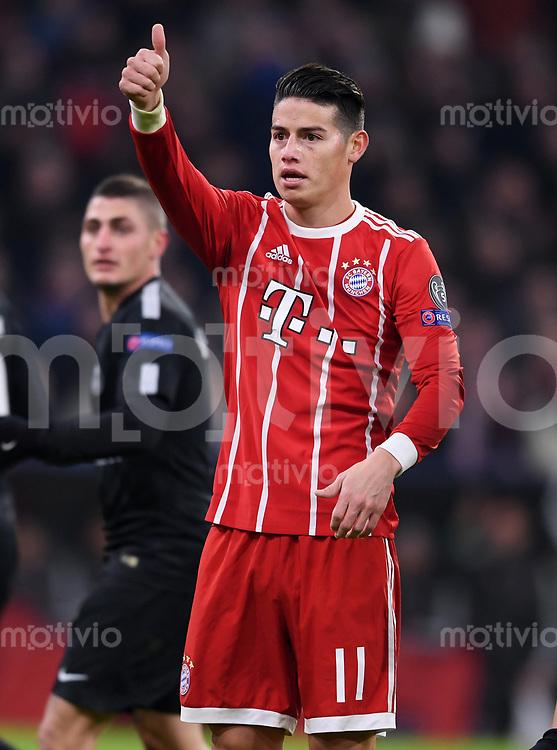 FUSSBALL CHAMPIONS LEAGUE SAISON 2017/2018 GRUPPENPHASE FC Bayern Muenchen - Paris Saint-Germain               05.12.2017 Daumen hoch: James Rodriguez (FC Bayern Muenchen)