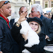 NLD/Amsterdam/20130605 - Aankomst Barbara Streisand bij haar hotel in Amsterdam, op de achtergrond partner James Brolin