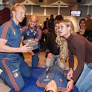 NLD/Rotterdam/20151207 - Reanimatiecursus Feyenoord selectie + bn'ers leren samen reanimeren, Dirk Kuyt en Inge de Bruin