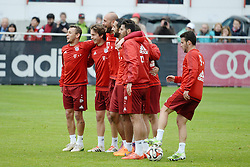 21.05.2015, Saebener Strasse, Muenchen, GER, 1. FBL, Training FC Bayern Muenchen, im Bild vl. Spass beim FC Bayern Muenchen. vl. Rafinha (FC Bayern Muenchen), Gianluca Gaudino (FC Bayern Muenchen), Torwart Pepe Reina (FC Bayern Muenchen), Mehdi Benatia FC Bayern Muenchen), Claudio Pizarro (FC Bayern Muenchen) und Juan Bernat (FC Bayern Muenchen) // during a Trainingssession of German Bundesliga Club FC Bayern Munich at the Saebener Strasse in Muenchen, Germany on 2015/05/21. EXPA Pictures © 2015, PhotoCredit: EXPA/ Eibner-Pressefoto/ Vallejos<br /> <br /> *****ATTENTION - OUT of GER*****