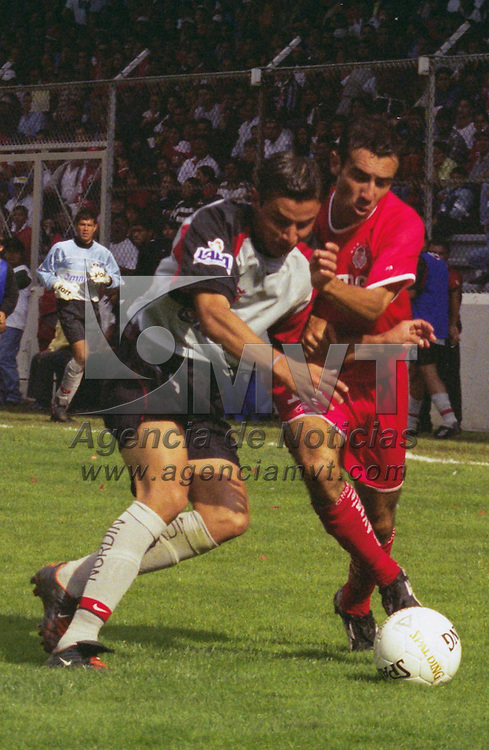 Toluca, M&eacute;x.- Vicente Sanchez del equipo Toluca disputa el balon con Diego Rivarola defensivo del equipo Atlas, el encuentro resulto a favor de los locales 5 goles por 1 en la jornada 15 del Torneo de Verano 2002 del futbol Mexicano. Agencia MVT / Arturo Rosales Chavez. (FILM)<br /> <br /> NO ARCHIVAR - NO ARCHIVE