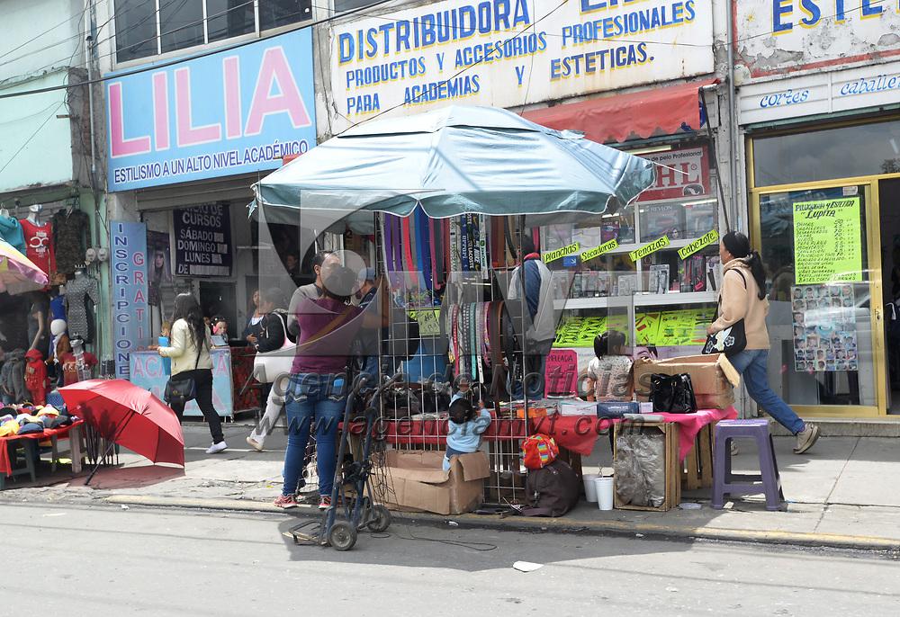 TOLUCA, México.- (Julio 07, 2017).- La zona de la Terminal de Autobuses de Toluca y el Mercado Benito Juárez continua plagada de comercio irregular, a pesar de la solicitud realizada por empresarios del transporte y comercio establecido de controlar este fenómeno. Agencia MVT / Crisanta Espinosa.