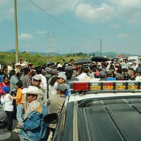 Xonacatlan, Mex.- Habitantes de la comunidad de San Miguel Mimiapan se oponen a la instalación de un zocavon, bloquearon por mas de tres horas la carretera de acceso a la comunidad. Agencia MVT / Jose Hernandez. (DIGITAL)<br /> <br /> <br /> <br /> <br /> <br /> <br /> <br /> NO ARCHIVAR - NO ARCHIVE