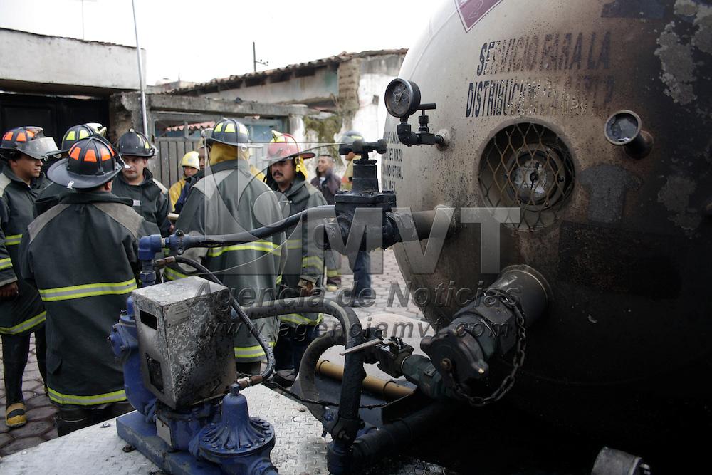 Mexicalzingo, México.- Una pipa de gas Licuado de Petróleo (LP) registró una fuga que causo un flamazo y afectó por lo menos tres viviendas, no se registraron pérdidas humanas, el incidente causo crisis nerviosa entre los habitantes de las casas aledañas. Agencia MVT / Arturo Hernández S.