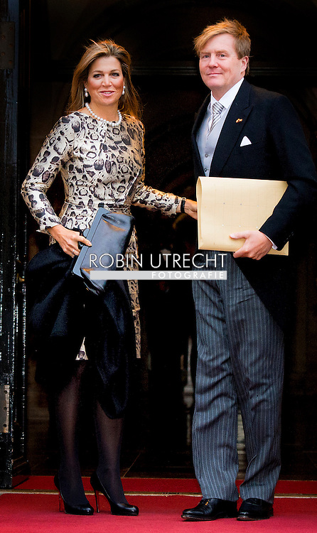 14-1-2015 AMSTERDAM - AMSTERDAM - Koning Willem-Alexander en koningin Maxima komen aan bij het Koninklijk Paleis op de Dam voor de nieuwjaarsreceptie voor buitenlandse diplomaten. Queen Máxima and King Willem Alexander arrive at the Palace at the Dam for the new year reception corps diplomatic . COPYRIGHT ROBIN UTRECHT