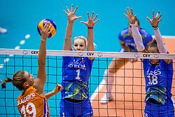 26-08-2017 NED: World Qualifications Netherlands - Slovenia, Rotterdam<br /> De Nederlandse volleybalsters plaatsten zich eenvoudig voor het WK volgend jaar in Japan. Ook Sloveni&euml; wordt met 3-0 verslagen / Nika Daalderop #19 of Netherlands, Eva Mori #1 of Slovenia, Sasa Planinsec #18 of Slovenia