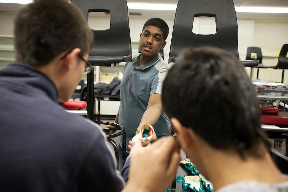 Les etudiants de Saint Henri travail sur leur projet de FIRST Robotics 2011.