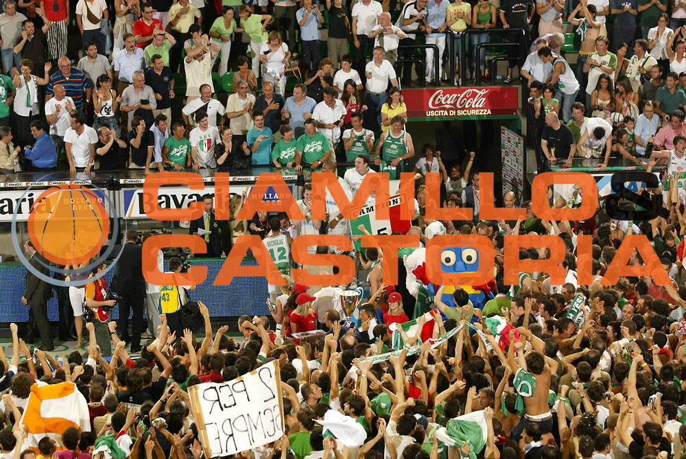 DESCRIZIONE : Treviso Lega A1 2005-06 Play Off Finale Gara 4 Benetton Treviso Climamio Fortitudo Bologna <br /> GIOCATORE : Team Treviso Tifosi Scudetto <br /> SQUADRA : Benetton Treviso <br /> EVENTO : Campionato Lega A1 2005-2006 Play Off Finale Gara 4 <br /> GARA : Benetton Treviso Climamio Fortitudo Bologna <br /> DATA : 20/06/2006 <br /> CATEGORIA : Esultanza <br /> SPORT : Pallacanestro <br /> AUTORE : Agenzia Ciamillo-Castoria/E.Pozzo