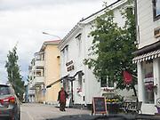 Jokkmokk, bitteliten samisk by, langt nord i Sverige. Jokkmokk (lulesamisk: Jåhkåmåhkke eller Dálvvadis) er et tettsted i Norrbottens län i landskapet Lappland i Sverige. Det er Jokkmokk kommunes administrasjonssenter. I 2010 hadde tettstedet 2 786 innbyggere. <br /> Jokkmokk ligger ved E45 straks nord for polarsirkelen. Kommunen er den nest største etter Kiruna kommune. Kommunen grenser mot Norge i vest. <br /> Jokkmokk er kjent for «Jokkmokks marked», som feiret 400-årsjubileum i 2005, samt for sin rolle som en sentral samisk samlingsplass. I Jokkmokk finnes blant annet fjellmuseet Ájtte, samt flere kunst- og håndverksbutikker. Det er også kjent som et viktig kultursted. Jokkmokk har en stor samisk befolkning. <br /> I Jokkmokk ligger Samernas utbildningscentrum som tidligere ble kalt Samernas folkhögskola. <br /> Jokkmokk har et rikt foreningsliv og idrettsaktivitet i forhold til folketallet. <br /> Navnet Jokkmokk har vært tolket som en forsvenskning av de samiske ordene for «elv» og «krok». Andreleddet kan imidlertid også være avledet av det samiske ordet for «eid». Det alternative lulesamiske navnet Dálvvadis betyr vinterboplass. (Wiki)