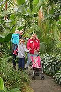 """Mannheim. 02.01.18   <br /> Luisenpark. Feature im Pflanzenschauhaus. Viele Besucher, darunter Familien, nutzen die """"Freien Tage"""" nach Weihnachten und Neujahr für einen Besuch im Luisenpark.<br /> - Familie Bartholomä aus Schifferstadt. <br /> - v.l. Leana, Thorsten, Luisa und Lorena<br /> Bild: Markus Prosswitz 02JAN18 / masterpress (Bild ist honorarpflichtig - No Model Release!) <br /> BILD- ID 00436  """