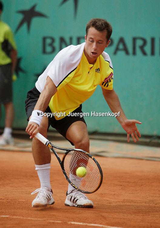 French Open 2009, Roland Garros, Paris, Frankreich,Sport, Tennis, ITF Grand Slam Tournament,<br /> Philipp Kohlschreiber (GER) spielt eine Rueckhand,backhand,action,Ball<br /> <br /> Foto: Juergen Hasenkopf