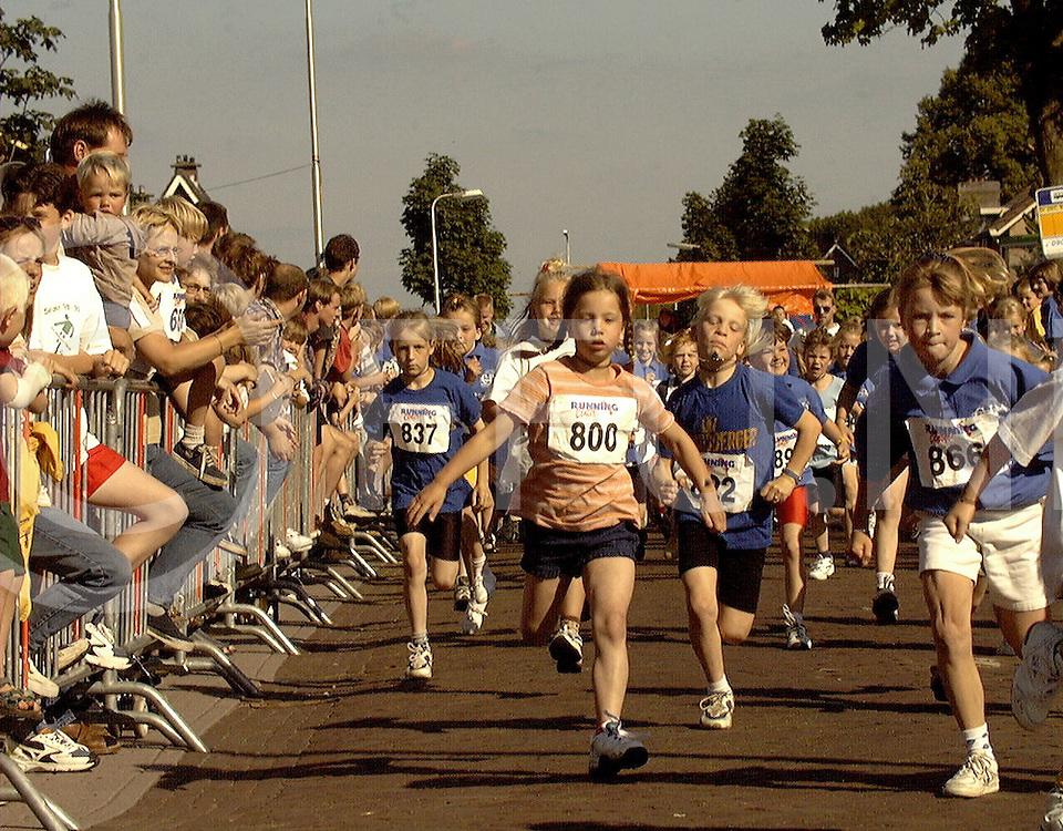 Fotografie Uijlenbroek©1999/Frank Brinkman.99-06-25 bergentheim ned.bantumloop 900 dames ging fanatiek van start