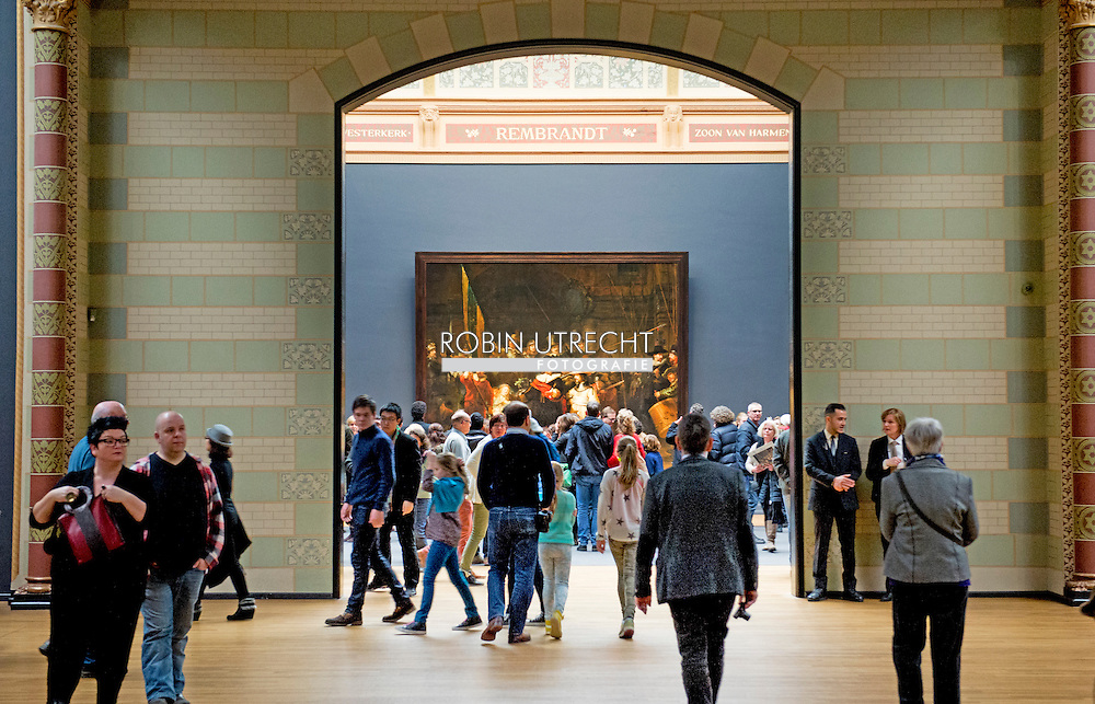 AMSTERDAM - Crowds at the Rijksmuseum in The Night Watch. Many Dutch have in the past year, the museum first visited or rediscovered after the opening last April. COPYRIGHT ROBIN UTRECHT