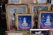 Portraits du roi Thaksin et images du Bouddha associés, dans un magasin de cadres de l'ouest de Bangkok. L'image du roi présente dans quasiment tous les magasins et les demeures reste un marché très lucratif...