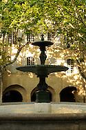 France, Languedoc Roussillon, Gard, Uzège, Uzès, place aux herbes, la fontaine