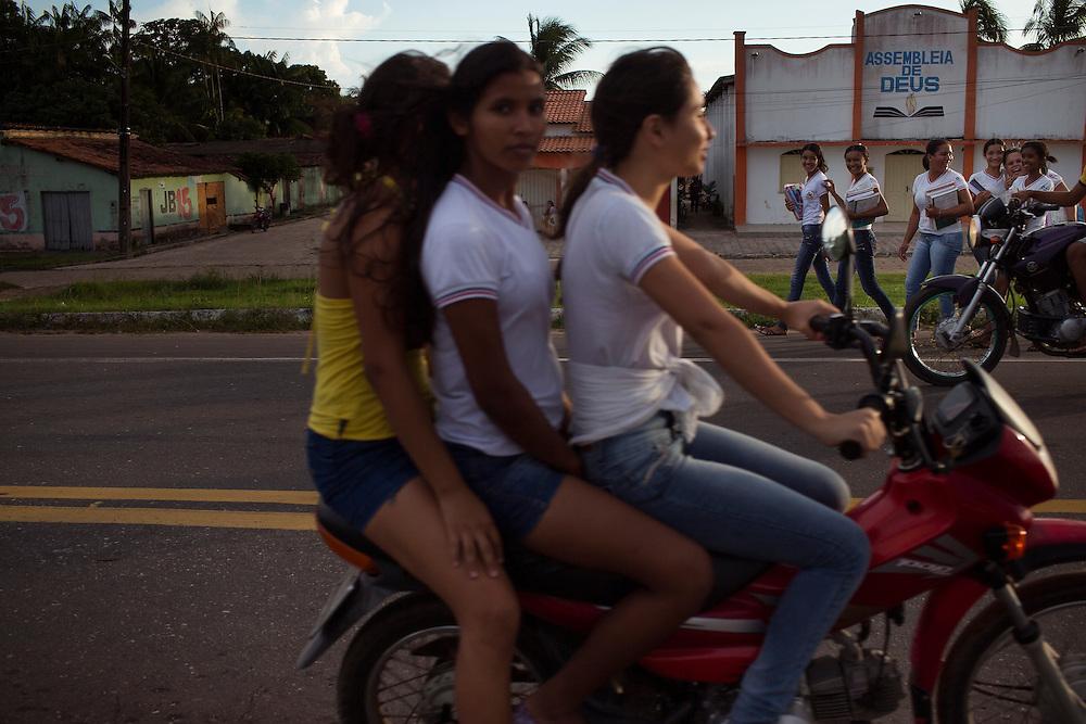 Junco do Maranhao, Brazil, June 26 of 2013:  Bolsa Familia em Junco do Maranhao. Adolescentes transitam na rodovia que corta a cidade apos a saida da escola.(photo: Caio Guatelli)