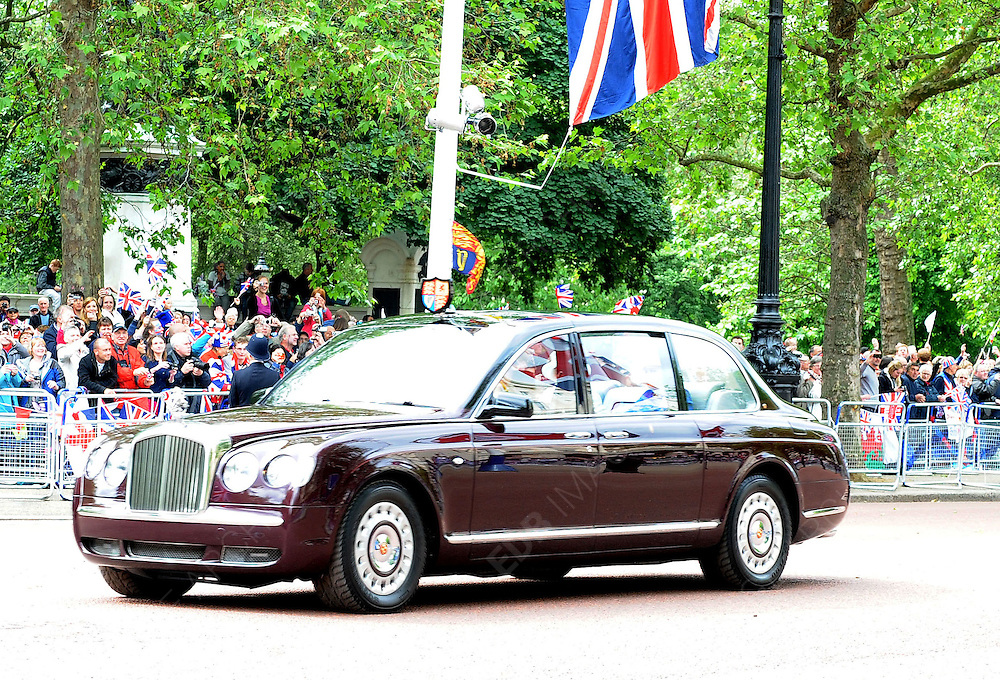 05.JUNE.2012. LONDON<br /> <br /> HER MAJESTY THE QUEEN AND THE ROYAL FAMILY LEAVE AFTER APPEARING BEFORE THE CROWD AT BUCKINGHAM PALACE, LONDON UK.<br /> <br /> BYLINE: EDBIMAGEARCHIVE.CO.UK<br /> <br /> *THIS IMAGE IS STRICTLY FOR UK NEWSPAPERS AND MAGAZINES ONLY*<br /> *FOR WORLD WIDE SALES AND WEB USE PLEASE CONTACT EDBIMAGEARCHIVE - 0208 954 5968*