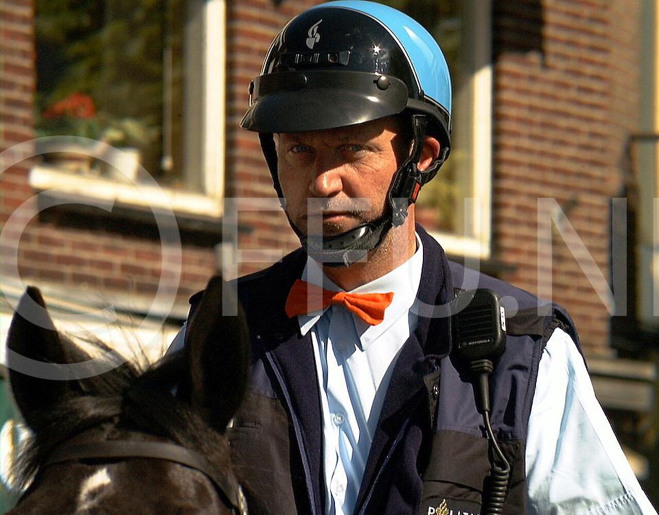 Fotografie Uijlenbroek©1999/Frank Uijlenbroek.990430 ommen koninginnedag ned.politie in centrum.me te paard met een oranje strikje patrouileerde door het centrum  van Ommen