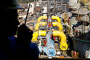 Ouro Branco_MG, Brasil...Operarios trabalhando na expansao de uma industria siderurgica. Na foto silhueta de um engenheiro com operarios trabalhando ao fundo...Workers working in the steel industry expansion. In this photo a engineer silhouette with workers working in the background. ..Foto: LEO DRUMOND / NITRO