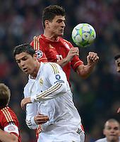 FUSSBALL   CHAMPIONS LEAGUE  HALBFFINAL HINSPIEL   2011/2012      FC Bayern Muenchen - Real Madrid          17.04.2012 Cristiano Ronaldo (vorn, Real Madrid) im Kopfballduell mit Mario Gomez (hinten, FC Bayern Muenchen)
