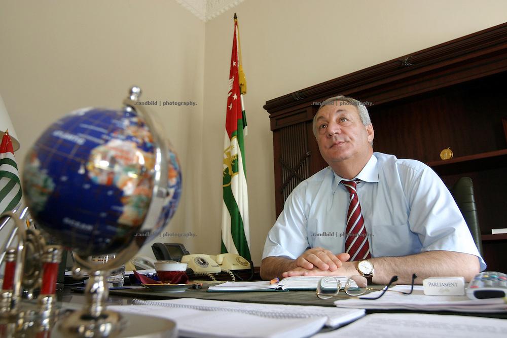 Georgien/Abchasien, Suchumi, 2006-08-26, Sergej Bagapsch - Präsident Abchasiens. Abchasien erklärte sich 1992 unabhängig von Georgien. Nach einem einjährigen blutigen Krieg zwischen den Abchasen und Georgiern besteht seit 1994 ein brüchiger Waffenstillstand, der von einer UNO-Beobachtermission unter personeller Beteiligung Deutschlands überwacht wird. Trotzdem gibt es, vor allem im Kodorital immer wieder bewaffnete Auseinandersetzungen zwischen den Armee der Länder sowie irregulären Kämpfern. (Sergej Bagapsh - President of the Republic of Abkhazia. Abkhazia declared itself independent from Georgia in 1992. After a bloody civil war a UNO mission observing the ceasefire line between Georgia and Abkhazia since 1994. Nevertheless nearly every day armed incidents take place in the Kodori gorge between the both armys and unregular fighters )