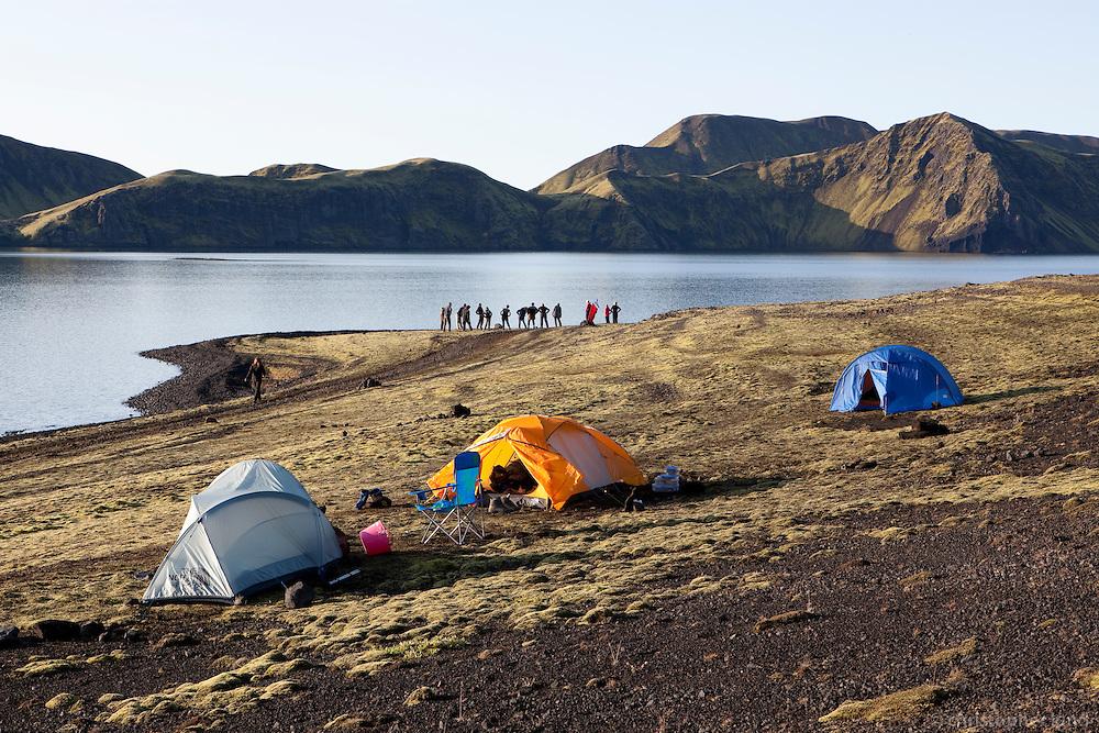 Ferðamenn gera morgunjóga við Streðvík í Langasjó. Hikers doing morning yoga by their tents at lake Langisjor.