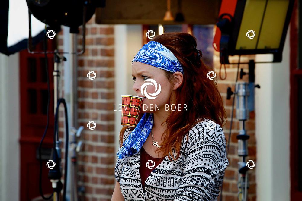 WOUDRICHEM - In het kleine vestingstad Woerkum zijn de opnames van Dokter Tinus. Deze tv serie word op SBS6 uitgezonden. Met op de foto  Juliette van Ardenne. FOTO LEVIN DEN BOER - PERSFOTO.NU
