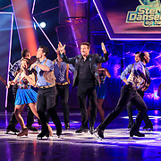 NLD/Hilversum/20130126 - 5e Liveshow Sterren Dansen op het IJs 2013,Gerard Joling  met de dansers van Holiday on Ice