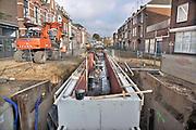 Nederland, Arnhem, 7-11-2017Bouwvakkers zijn bezig met de aanleg van een kunstmatige bedding, beekbak, voor de Sint Jansbeek. Deze drooggevallen beek wil de stad weer te leven roepen en zal vanaf de  bron door de stad naar de Rijn lopen. Via een pompinstallatie wordt het ondergronds onder de rijnkade gevoerd. Deze historische beek stroomt vanaf 2017 weer door de binnenstad. De beek volgt zoveel mogelijk het historische trace en legt daarmee een ruimtelijke verbinding tussen binnenstad en rivier. Om het unieke karakter van de beek te behouden dient het trace van de beek in de binnenstad zich te verhouden tot de bestaande Sint Jansbeek in park Sonsbeek. Het project moet ook de afvoer,afwatering van regenwater, hemelwater tijdens stortbuien verbeteren.Foto: Flip Franssen