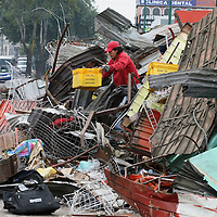 Toluca, Mex.- Comerciantes desalojados del mercado Juarez, tratan de rescatar en el escombro lo poco que queda de su mercancia, despues de que maquinaria pesada derribara todos los puestos fijos y semifijos durante el operativo del martes por la madrugada. Agencia MVT / Mario Vazquez de la Torre. (DIGITAL)<br /> <br /> <br /> <br /> NO ARCHIVAR - NO ARCHIVE