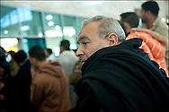 Le père de Mohamad attend son fils à l'aéroport du Caire. Cela fait 14 mois que Mohamad est parti travailler en Libye. Mohamad Ahmed El Deb, 33 ans originaire de Tanta en Egypte, ouvrier dans le Batiment en Libye qui a fui vers la Tunisie quand son patron lui a rendu son passeport avant de prendre la fuite vers une destination étrangère. Seule explication laissée:  les mois de Janvier et de Février ne seront pas payés. Dans l'avion qui le ramène au Caire. © Benjamin Girette/IP3 press