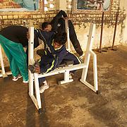 Trois élèves de Bhiwani Boxing Club sont en train de nettoyer un des outils dans la cour du Bhiwani Boxing Club. A fin entraînement, tous les élèves au nettoyage de la cour et à la rémise en place des outils